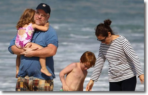 Phillips Seymour Hoffman holds his daughter at the beach