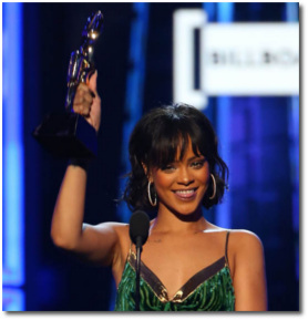 Rihanna holding her Billboard Chart Achievement Award in Las Vagas on May 22, 2016