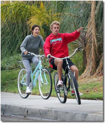 Selena and Justin morning bike-ride Los Angeles Nov 1, 2017